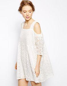 Pin for Later: Succomberez-Vous aux Robes Boho à Épaules Dénudées?  Little White Lies Robe à smocks avec épaules dénudées en dentelle motif pâquerettes - Blanc (136€)