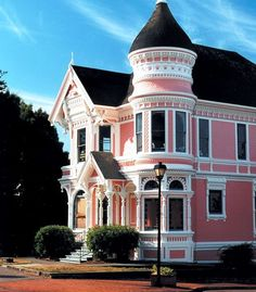 Pastel Pink Victorian Home, not a huge fan of pink homes, but I love this architecture. I wish my house looked like this. Exterior Color Combinations, Exterior Colors, Exterior Paint, Pink Houses, Old Houses, Vintage Houses, Style At Home, Beautiful Homes, Beautiful Places
