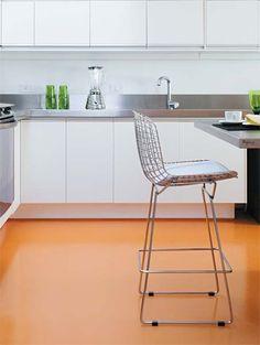 Depois de instalados armários e bancadas, a resina no tom laranja, semibrilho…