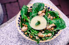 Spinatsalat mit geröstetem Blumenkohl, Kichererbsen und Rosinen. Lecker, erfrischend, leicht und orientalisch