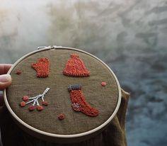 窓ガラスも曇る朝。あたたかい色が欲しくなりますね。#刺繍#手刺繍#手仕事#手づくり#ハンドメイド#冬#手ぶくろ#くつ下#毛糸#ニット#赤#オレンジ#植物#マカベアリス#embroidery #embroideryart #handembroidery #handmade #winter#knit#red#orenge #alice_makabe