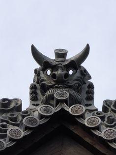 鬼瓦 onigawara I place Onigawara on a roof and have a house protected.Although it was also in what house a long time ago, now, it is new.