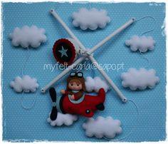 Mobile com nuvens e aviador em feltro!