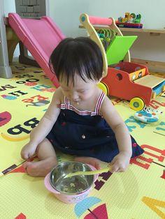 1. 어제부터 이유식을 숟가락으로 줘도 먹기 시작하더니 오늘은 두 끼를 숟가락으로 먹었다.