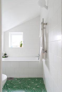 FREDAGSHUS TRALLALLA Boys Bathroom, Lake Bathroom, Green Tile Floor, Bathroom Inspo, Tiny Bathroom, Bathroom Decor, Interior Design Bedroom, Bathroom Inspiration, Small Bathroom Makeover
