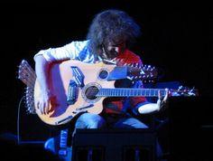 Um só artista controlando vários instrumentos ao mesmo tempo faz um som angelical, enquanto um conjunto aposta em caos, guitarras e barulho. Dois exemplos de como a tecnologia está formatando o Jazz do amanhã. http://obviousmag.org/archives/2010/05/o_jazz_do_futuro_-_pat_metheny_versus_shining.html