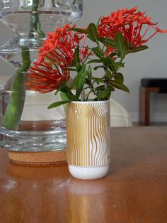 White And Gold Decor, Gold Vases, Porcelain Vase, Sign Design, Table Decorations, Home Decor, Simple Lines, Interior Design, Home Interior Design