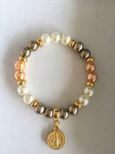 Pulcera en perlas Bead Jewellery, Wire Jewelry, Jewelry Crafts, Handmade Beaded Jewelry, Handmade Bracelets, Jewelry Patterns, Bracelet Patterns, Gemstone Bracelets, Jewelry Bracelets