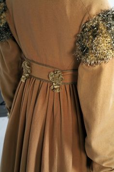 Redingote of camel wool, with collar, buttons and piping of silk organza, and pluche de soie (silk feather) trim, circa 1808, Lancaster-Barreto collection