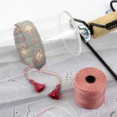 Jak zrobić bransoletkę na krośnie zakończoną w tórkąt. Loom Bracelet Patterns, Bead Loom Bracelets, Bead Loom Patterns, Woven Bracelets, Handmade Bracelets, Handmade Beads, Handmade Jewelry, Diy Earrings Studs, Bead Loom Designs