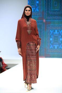 The Legend (Itang Yunasz and Ida Royani) - Indonesia Islamic Fashion Fair 2013 Muslim Women Fashion, Islamic Fashion, Ethnic Fashion, Womens Fashion, Batik Fashion, Abaya Fashion, Fashion Outfits, Fashion Ideas, Kebaya Muslim