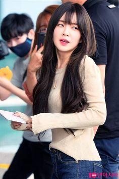레드벨벳 아이린 Beautiful Inside And Out, Beautiful Soul, Black Hair Bangs, Kim Yerim, Red Velvet Irene, Velvet Fashion, Hairstyles With Bangs, Classy Outfits, Punk Rock