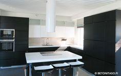 Valkoiset keittiön betonitasot luovat hienon kontrastin muuten tumalle keittiölle. Kaikki tuotteet betonitasojen paikalleenvalamista varten. #habitare2015 #design #sisustus #messut #helsinki #messukeskus