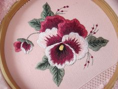 Embroidery Stitches And Designs Embroidery Designs Tops Embroidery Flowers Pattern, Silk Ribbon Embroidery, Crewel Embroidery, Hand Embroidery Designs, Embroidery Thread, Embroidered Flowers, Flower Patterns, Machine Embroidery, Brazilian Embroidery