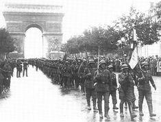 """Parade der 33. Waffen-Grenadier-Division der SS-Division """"Charlemagne"""" (französische Nr. 1) in Paris. Die letzten Verteidiger der Berliner Innenstadt und damit auch der Reichskanzlei sowie des Hauptsitzes der SS in der Prinz-Albrecht-Straße waren Angehörige der französischen 33. SS-Division """"Charlemagne"""" und der skandinavischen 11. SS-Freiwilligen-Panzergrenadier-Division """"Nordland"""", die bis zur Kapitulation Berlins am 2. Mai 1945 kämpften."""