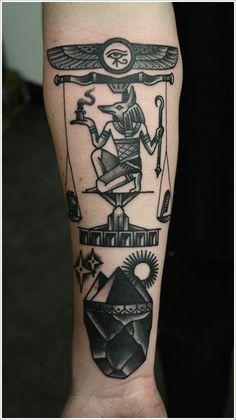 Tatouage d'un Dieu égyptien sur une balance à côté des autres symboles Egyptiens.