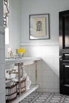 J'adore la tablette basse sous la plan lavabo. J'aime aussi le carrelage au sol et aux murs.