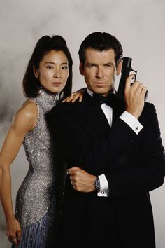 Irish actor Pierce Brosnan stars as 007 opposite Malaysian actress. - Irish actor Pierce Brosnan stars as 007 opposite Malaysian actress Michelle Yeoh in the James Bond - James Bond Women, James Bond Style, Pierce Brosnan 007, Estilo James Bond, Gq, Bond Series, Michelle Yeoh, Timothy Dalton, James Bond Movies