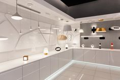 W Showroomie Philips Lighting zgromadzone zostały lampy nagrodzone i wyróżnione na najważniejszych konkursach branżowych. Wśród prezentowanych produktów odnaleźć można kolekcje marki Philips, widowiskowe modele włoskiej pracowni Luceplan czy minimalistyczne projekty belgijskiego Modulara. #design #interior # LED #Philips #Showroom #Duchnicka #PhilipsLighting