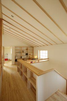 通り抜けるだけの2階ホールに役割を。本棚をつけたり、カウンターを設けたりすることで、階段を上がった先のホールも家族の居場所に。  廊下だけの空間をなるべく少なくすることで、延べ床面積よりも広く感じる家に。     #広がり間取り #小さくつくって広く住む #共有スペース #2階ホール #スタディコーナー #スタディスペース #書斎 #造作カウンター #造作家具 #造作棚 #造作本棚 #勾配天井 #吹き抜けのある家 #木の家 #自然素材の家 #ピュアヴィレッジ長岡 #新潟注文住宅 #ナレッジライフ Staircase Railings, Staircase Design, Household Items, Home Furnishings, House Plans, Living Spaces, House Design, Interior, Room