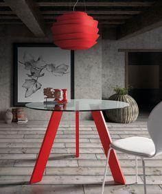 Mesa de comedor redonda, con cristal templado y tres patas. Dos tamaños disponibles: Medidas tamaño A:d110x75cm. Medidas tamaño B:d130x75cm. Opciones color sobre: negro, blanco o transparente. Opciones color patas: negro, rojo, blanco o cromado.
