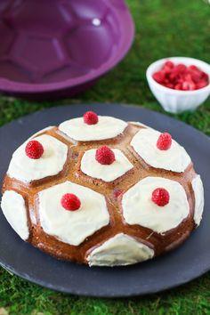 """Un """"Flo"""" de bonnes choses » Gâteau coco-framboises en forme de ballon de foot"""