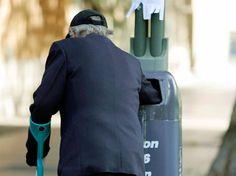Fast eine Million Euro: Schutz vor Altersarmut: So viel Geld müssen Sie für Ihren Ruhestand ansparen - Achtung Altersarmut: So viel Geld müssen Sie für Ihren Ruhestand ansparen http://www.focus.de/finanzen/altersvorsorge/rente/fast-eine-millionen-euro-achtung-altersarmut-so-viel-geld-muessen-sie-fuer-ihren-ruhestand-ansparen_id_3849377.html