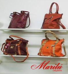Aqui na Casa Marilu Calçados você encontra uma grande variedade de bolsas, bolsas de mão, carteiras, cintos e clutches para compor seu visual com beleza, requinte e sofisticação!