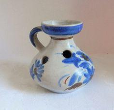 Vase, bouquetière en céramique de Keraluc, décoré mainVase, bouquetière en céramique de Kéraluc, Quimper décor bleu de fleurs décoré main signé sous l'objet hauteur 10 cm poids 285 gr lebon.coin14@yahoo.fr