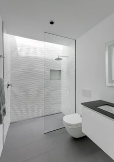 Image 4 of 28 from gallery of Walk-in Showers Without Doors or Curtains: Design Tips and Examples. Photograph by Charles Davis SmithGallery of Walk-in Showers Without Doors or Curtains: Design Tips … Simple Bathroom Designs, Bathroom Tile Designs, Bathroom Layout, Modern Bathroom Design, Bathroom Interior Design, Bathroom Storage, Bathroom Ideas, Bathroom Basin, Bathroom Organization