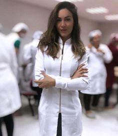 A imagem pode conter: 1 pessoa, em pé Spa Uniform, Scrubs Uniform, Doctor White Coat, Dental Uniforms, Beauty Uniforms, Beautiful Nurse, Medical Photos, Lab Coats, Outfits Mujer