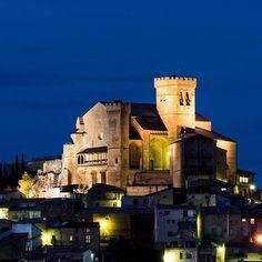Subida en lo alto, Ujué, y la iglesia-fortaleza de Santa María #Navarra (By @punzuetamar - #Instagram) --> http://www.turismo.navarra.es/esp/organice-viaje/recurso/Localidades/2617/Ujue.htm