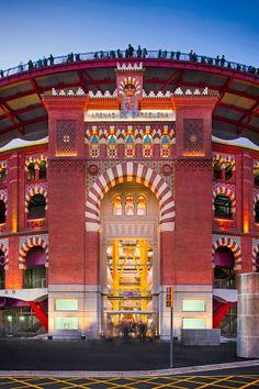 Centro Comercial Las Arenas de Barcelona, es un complejo de ocio y entretenimiento, visto en la oscuridad. (David Cardelús)