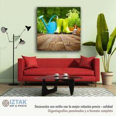 Queremos que el frescor de las plantas y árboles, inunde tu espacio con los aromas a tierra mojada y hierbas Living Room Red, Red Sofa, Interior Design Inspiration, Love Seat, Couch, Stock Photos, Fine Art, Rugs, Furniture