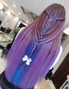 Penteado com o cabelo roxo e azul.