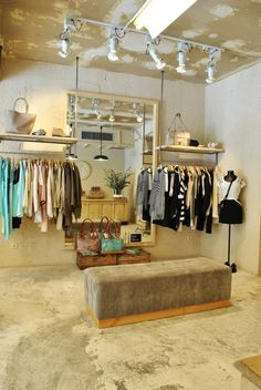 Le sac-Madrid in love Clothing Boutique Interior, Boutique Interior Design, Boutique Decor, Interior Design Living Room, Store Layout, Store Interiors, Retail Store Design, Home Trends, Showroom