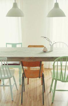 Dropbox - Verschillende-stoelen-om-de-eettafel-lekker-fris-in-een-lichte-groene.1373798139-van-Flow-design.jpeg