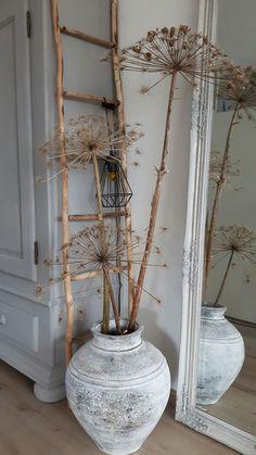 De grandes fleurs séchées agrémentent un pot ancien #berenklauw #kruik #ladder #landelijkestijl #grijzekast #sober #ideeen #landelijk