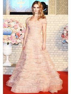【ELLE】映画公開記念! リリー・ジェームズの『シンデレラ』ドレスを総まとめ エル・オンライン