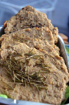 Rezept für 4 - 6 Fladen:  170 g Quinoa, gemahlen  2 EL Leinsamen, geschrotet  1 EL Flohsamenschalen  1 TL Meersalz  1 TL Rosmarin, gemahlen  190 ml Wasser, warm  Die oben genannten Zutaten zusammen in einer Schüssel vermengen und für 3- 5 Minuten Ruhen lassen. Mit einem Löffel ca. 4-6 Teigkleckse, auf dem mit Backpapier ausgelegten Backblech, verteilen. Auf mittlerer Schiene bei  ...