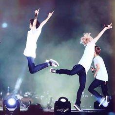 *I believe I can fly * Chanbaek version 😂😍 Tao Exo, Park Chanyeol, Baekhyun, K Pop, Perverted Memes, Exo 12, Exo Chanbaek, Xiuchen, Exo Luxion