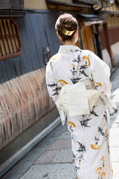 Ukata means cotton kimono for summer Japanese Geisha, Japanese Beauty, Japanese Kimono, Yukata Kimono, Kimono Japan, Kimono Design, Summer Kimono, Japanese Outfits, Traditional Dresses