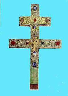 Croix de la Roche-Foulques. Vers 1100. Petite croix dans croix à double traverse. Double cassette d'or entre parois avec un cordon. A mettre en relation avec la saint Croix de Liège