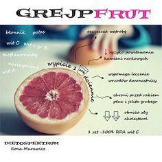JEDZ GREJPFRUTY!!! _ Grejpfrut jest niskokaloryczny, zawiera ok 40kcal/100g, czyli 1 sztuka to ok 100kcal. _ Wspomaga odchudzanie, sprzyja obniżaniu poziomu cukru we krwi, regeneruje wątrobę usprawniając jej pracę. Jeśli zamierzasz przeprowadzić sokowy detox- nie zapomnij włączyć do diety grejpfruta. _ Jest idealnym owocem dla sportowców. Doskonale regeneruje organizm po dużym wysiłku, który prowadzi do stresu oksydacyjnego. _ Łagodzi przeziębienia, dostarcza witaminy C (1 sztuka pokrywa… Dieta Online, Grapefruit, Food, Meal, Essen