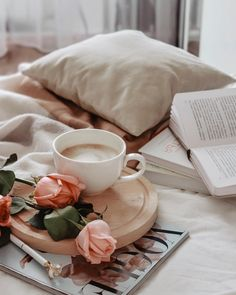 My Little World ✿ - Coffee and Books Aesthetic Coffee, Classy Aesthetic, Flat Lay Photography, Coffee Photography, Fall Photography, Good Morning Coffee, Coffee Break, Coffee Mornings, Flatlay Instagram