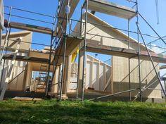 MCB Holzhausbau, Massivholzhaus Montage mit Arbeitsgerüst, Sicherheit am Bau - Bauplanung gerne mit unserem Holzhaus Architekten Team - http://www.zimmerei-massivholzbau.de