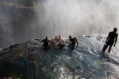 Бассейн-водопад  Естественная чаша бассейна водопада Виктория в Зимбабве расположена на высоте 128 метров.