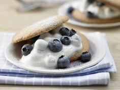 Soooo lecker und sooo gesund: Dinkeltaler mit Blaubeeren - und Vanillequark - smarter - Kalorien: 168 Kcal - Zeit: 45 Min. | eatsmarter.de #heidelbeeren #blaubeeren #rezept #dinkel #rezepte #vanille