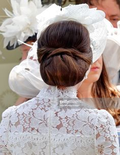 Catherine, Duchess of Cambridge attends day 1 of Royal Ascot at Ascot Racecourse on June 2017 in Ascot, England. Kate Middleton Hats, Looks Kate Middleton, Kate Middleton Prince William, Royal Hairstyles, Hat Hairstyles, Wedding Hairstyles, Elisabeth Ii, Princess Charlotte, Bandeau