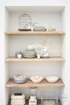 """Houten planken, met een zacht mintgroen servies, leuk voor in je """"saaie"""" witte keuken"""